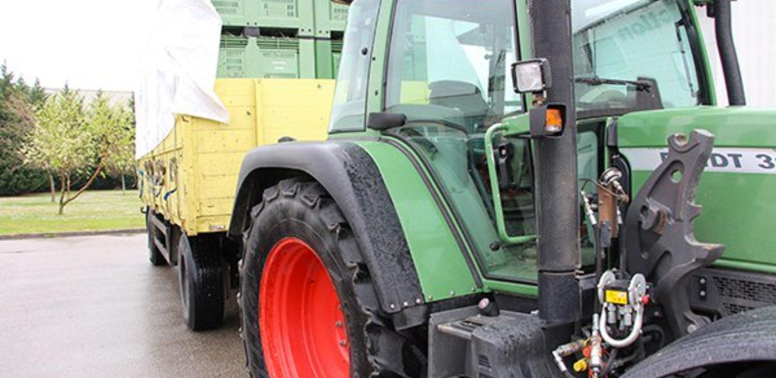 Tracteur asurant la livraison de poireaux